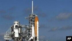 发现号航天飞机在发射塔上