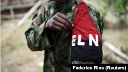 Imagen de archivo de un miembro de la guerrilla del Ejército de Liberación Nacional (ELN), que muestra su brazalete mientras posa para una fotografía en la selva noreste de Colombia, el 31 de agosto, 2017. REUTERS/Federico Ríos