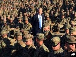 El secretario de Defensa de EE.UU., Jim Mattis, reunido con tropas en un cine al aire libre en Guantánamo, Cuba, durante una visita sorpresa a la base naval que EE.UU. tiene en la isla caribeña. Dic. 21 de 2017.