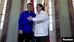 Los ministros de Relaciones Exteriores de Venezuela, Elías Jaua (azul), y de Cuba, Bruno Rodríguez, conversan en La Habana.
