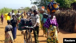 Des réfugiés congolais arrivent au camp de Cibitoke, au Burundi, le 14 juin 2004. (REUTERS/Jean Pierre Aimé Harerimana)