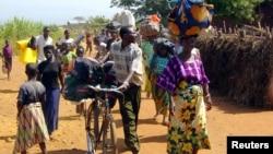 Des réfugiés congolais portant quelques biens arrivent au camp de Cibitoke, près de la frontière avec la RDC, au Burundi, 14 juin 2004. (Photo d'illustration)