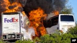 Požar nakon sudara kamiona i autobusa u Kaliforniji