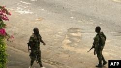 Lực lượng ủng hộ ông Gbagbo tuần tra các đường phố gần dinh tổng thống ở Abidjan, 03/04/2011