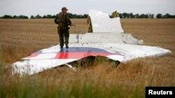 រូបឯកសារ៖ ជនប្រដាប់អាវុធគាំទ្រក្រុមជនផ្តាច់ខ្លួនរុស្ស៊ីឈរនៅលើបំណែកយន្តហោះ MH17 របស់ក្រុមហ៊ុន អាកាសចរណ៍ម៉ាឡេស៊ី នៅតំបន់ Donetsk កាលពីថ្ងៃទី១៧ ខែកក្កដា ឆ្នាំ២០១៤។