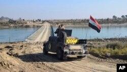 Ramadi'ye geçmek amacıyla istihkam birliklerinin Fırat ırmağı üzerinde inşa ettiği köprüden geçen bir Irak tankı