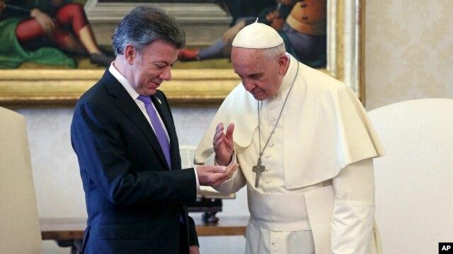 El presidente de Colombia, Juan Manuel Santos, durante una audiencia privada con el papa Francisco, en el Vaticano, este lunes, 15 de junio, de 2015.