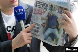부검을 위해 김정남 시신이 안치돼 있는 말레이시아 쿠알라룸푸르 병원 영안실 앞에서 지난달 18일 기자가 피습 직후 공항 진료소에서 쓰러진 김정남의 사진이 표지에 실린 현지 신문을 들고 있다.