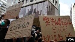 示威者高舉諷刺6-12 警察使用過度武力對付示威者的標語。(美國之音湯惠芸)