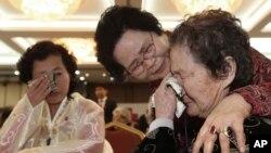 23일 금강산에서 열린 남북한 2차 이산가족 상봉행사에서, 60여년 이상 헤어졌던 가족들이 감격의 재회를 했다. 상봉 행사에는 북측 신청자 88명과 남측 가족 357명이 만남에 나섰습니다.