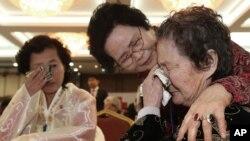 Bà Kim Tae Un từ Bắc Triều Tiên, phải, oà khóc trong cuộc gặp với người em gái từ Hàn Quốc Kim Sa-bun (giữa) tại khu du lịch Núi Kim Cương ở Bắc Triều Tiên, ngày 23/2/2014. Nhiều thành viên trong các cuộc đoàn tụ nay đã ngoài 70, 80 tuổi.