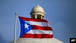 2015年7月29日,波多黎各旗帜飘扬在美属波多黎各首府圣胡安。(资料照片)