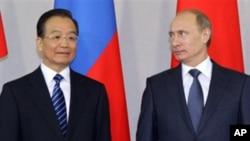 中国总理温家宝与俄罗斯总理普京周二在圣彼得堡