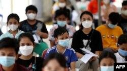 Thanh niên Campuchia chờ tiêm vaccine Sinova ở Phnom Penh ngày 1/8/2021.