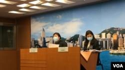 香港醫院管理局總行政經理何婉霞醫生(右)在例行記者會上確認這一消息。 (美國之音王四維拍攝)