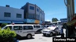 2016年6月19日,乌坎村街道上停放着一些运载警察的车辆。(村民提供)