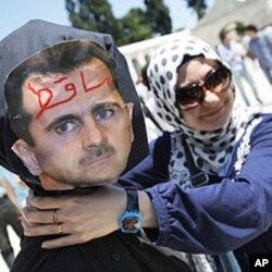 مظاہرے میں صدر بشارالاسد کا ایک پتلا