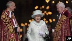 Ratu Inggris Elizabeth II disambut Pastor David Ison (kiri) setibanya di gereja Katedral Santo Paulus, London, di hari terakhir perayaan 60 tahun bertahtanya ratu Inggris di singasana (Diamond Jubilee) (5/6).