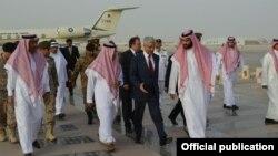 Министр обороны Пакистана Хаваджа Мухаммас Асиф (в центре в черном костюме) со своим коллегой из Саудовской Аравии Мухаммадом бин Салманом в Эр-Рияде. Саудовская Аравия (архивное фото)
