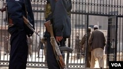 Dua tentara Afghanistan menjaga penjara di Kabul (foto: dok). Komisi Afghanistan menuduh militer AS melakukan penyiksaan tawanan Afghanistan.