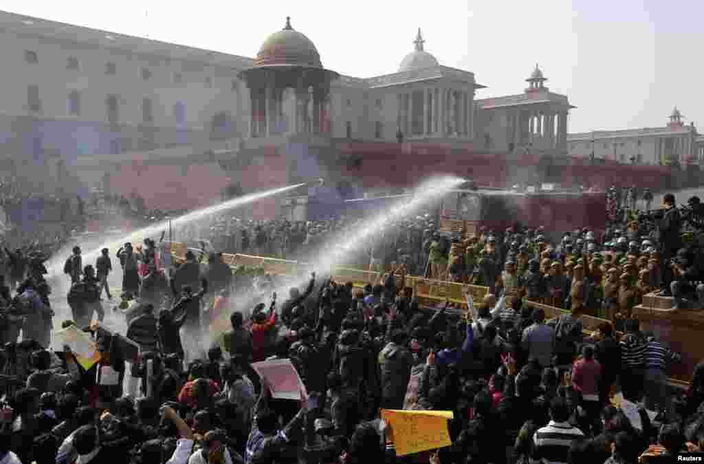 22일 시위대를 해산시키기 위해 물대포를 사용하는 인도 경찰