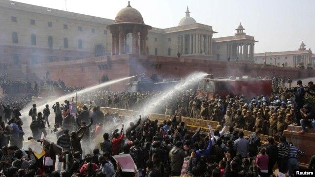 Cảnh sát dùng vòi rồng để giải tán biểu tình ở New Delhi, ngày 22/12/2012.