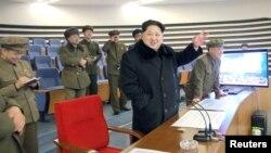 Lãnh tụ Bắc Triều Tiên Kim Jong Un và các giới chức ăn mừng vụ phóng hỏa tiễn tại Bình Nhưỡng, ngày 7/2/2016.
