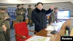 북한의 김정은 노동당 위원장이 지난 2월 장거리 로켓 발사를 참관했다고 조선중앙TV가 보도했다. (자료사진)