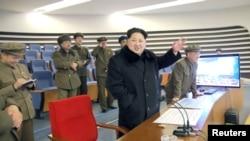 شمالی کوریا کے رہنما کم جونگ ان 7 جنوری کو راکٹ خلا میں بھیجے جانے کے بعد خوشی کا اظہار کر رہے ہیں۔ فائل فوٹو