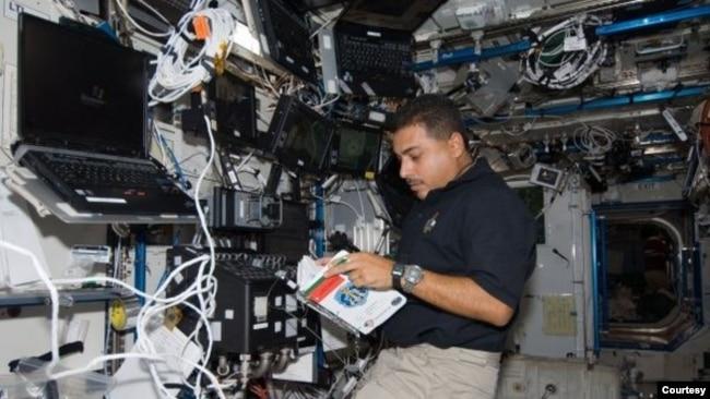 Astronauta José M. Hernández durante misión de la NASA