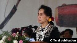 (၇၂)ႀကိမ္ေျမာက္ ကခ်င္ျပည္နယ္ေန႔ အခမ္းအနားမွာ အတိုင္ပင္ခံ မိန္႔ခြန္းေျပာ (ဓါတ္ပံု-Myanmar State Counsellor Office)