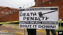 Manifestación en contra de la pena de muerte en las afueras de la prisión de Huntsville, Texas, donde el miércoles fue ejectuda Suzanne Basso.