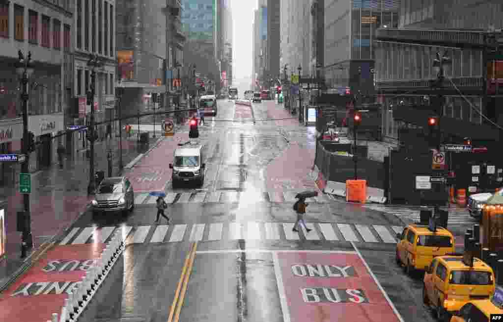 Исконската 42-ра улица во близина на Тајмс Сквеар, е врвулица од посетители. Денес, осамна празна.