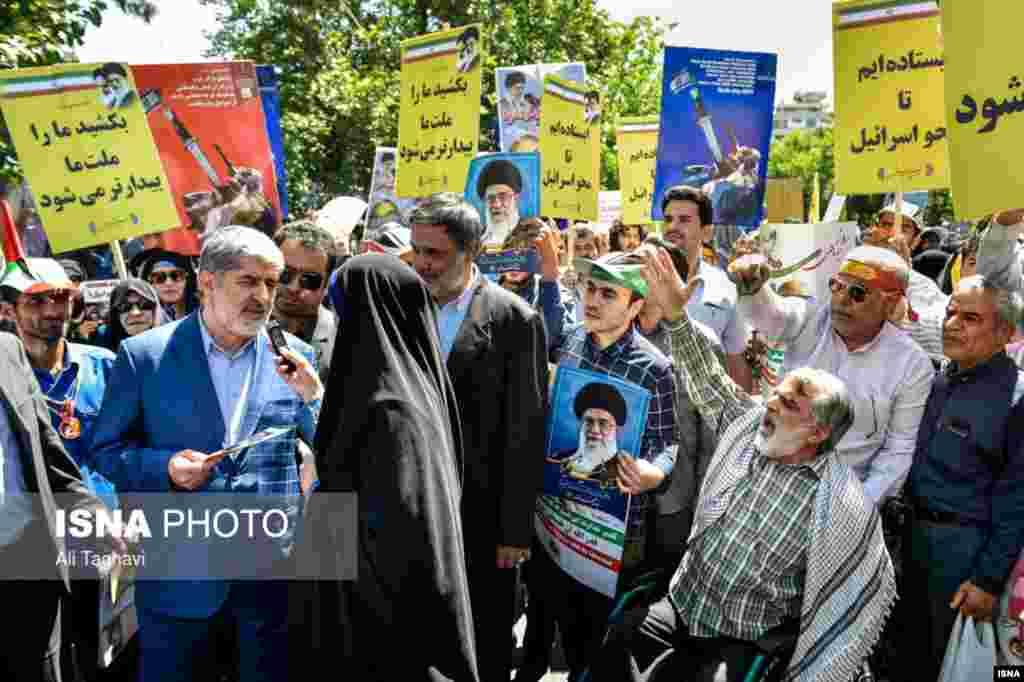 یک خبرنگار در تهران بر روی توئیتر خود نوشت درحاشیه حضور علی مطهری در مراسم روزقدس، جماعتی علیه او شعار دادند: مرگ بر فتنهگر، مرگ بر منافق.