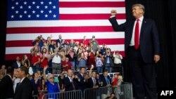 El presidente de EE.UU., Donald Trump, saluda a asistentes a un evento politico en Tampa, Florida. Julio 31 de 2018. AFP PHOTO / SAUL LOEB