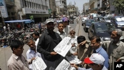 شهروندان کراچی مصروف خواندن خبر کشته شدن اسامه اند. پاکستانی ها از شنیدن این خبر تکان خوردند.