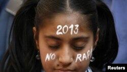 印度人悼念被輪姦致死的女子