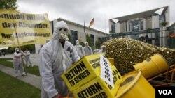 Para aktivis lingkungan di Berlin melakukan protes atas kebijakan energi nuklir di Jerman (16/5).