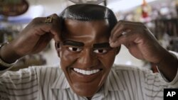 Penjualan topeng kandidat presiden pada Halloween juga dijadikan ukuran untuk meramal hasil pemilu. (Foto: Dok)
