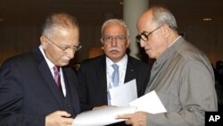 Palestinian Foreign Minister Riyad al-Malki (C) stands between Organization of Islamic Cooperation Secretary General Ekmeleddin Ihsanoglu (L) and Palestinian ambassador to UNESCO Elias Sanbar (R) during the 36th session of UNESCO's General Conference in P