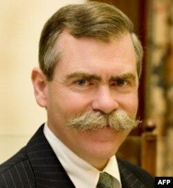 B&H银行首席执行官亨特·伯克呼吁人们不要把钱藏在家中