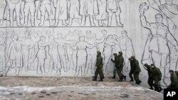 Una patrulla de soldados vigila el monumento a la Batalla de Stalingrado, en Volgogrado, Rusia.