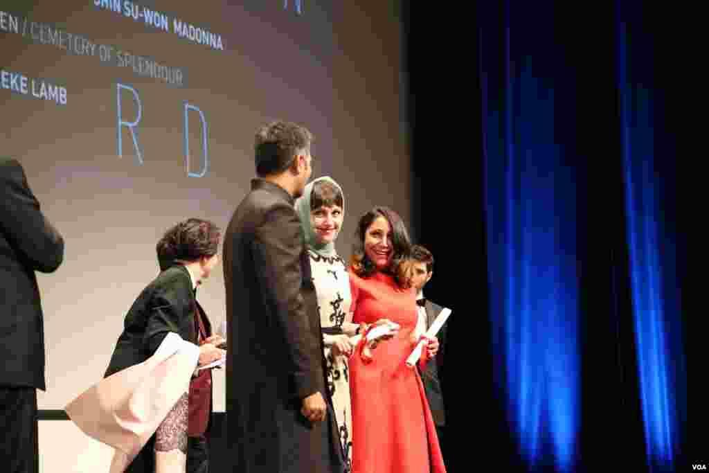 آیدا پناهنده کارگردان فیلم ناهید، هنگام دریافت جایزه نوعی نگاه در جشنواره فیلم کن