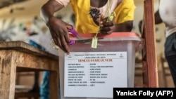 Ouverture d'une urne dans un bureau de vote lors de l'élection d'un nouveau parlement à Cotonou le 28 avril 2019.