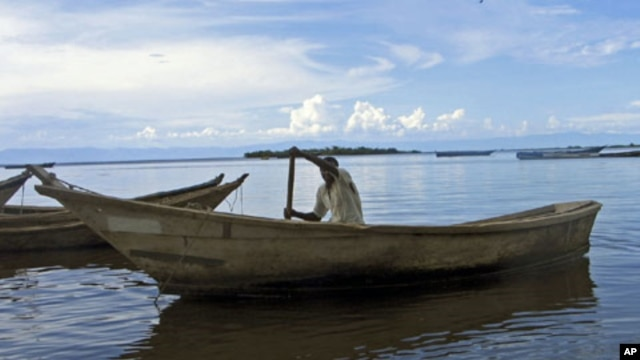 A fisherman paddles his boat on the shores of Lake Albert, a lifeline providing food and income, October 2007. (file photo)