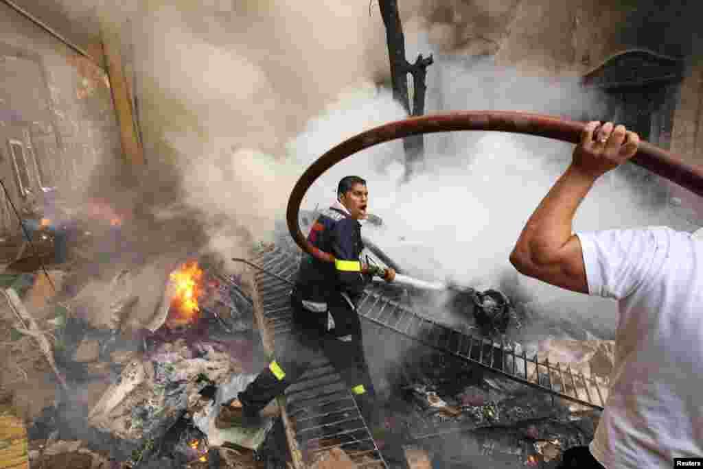 화재를 진압하는 소방 대원들