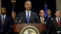 15일 미국 뉴올리언스에서, 멕시코만 원유 유출 사고와 관련해 영국 석유업체 BP사와 합의한 사항을 발표하는 에릭 홀더 미 법무장관.