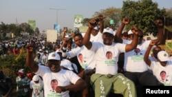 Para pendukung Edgar Lungu, pemimpin Front Patriotik, merayakan kemenangan tipis Lungu dalam pemilihan umum putaran kedua, di Lusaka, Zambia (15/8). (Reuters/Jean Serge Mandela)