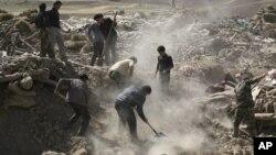 Жители города Варзакан на северо-западе Ирана разбирают завалы в поисках выживших после землетрясения. 12 августа 2012 г.