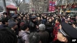 上海的警察驱赶计划在一家电影院门前抗议的人们